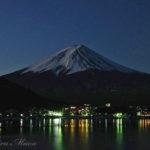夜の月明かりで眺める富士山は、とても文学的だ。【河口湖】
