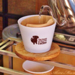 巨大焙煎機の前で飲むコーヒー。(クリーム・オブ・ザ・クロップ)